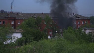 Black smoke in a residential area. Fire in Omsk. Russia. — Stock Video
