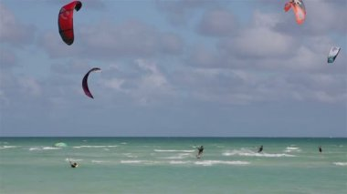 Kite surfing on the coast of Cuba. Island of Cayo Guillermo in the Atlantic ocean. — Stockvideo