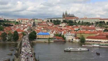 Charles Bridge (medieval bridge in Prague on the River Vltava). Timelapse View — Stock Video