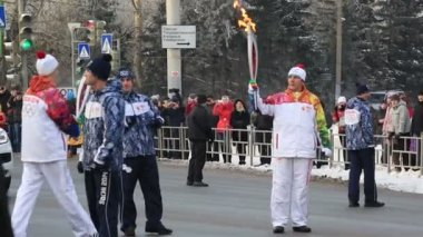 Torchbearers pass the fire. Olympic Torch Relay in Omsk. Russia. — Stock Video