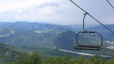 Ski chairlift on Mount Shallow Sinyuha. Altai Republic. Russia — ストックビデオ