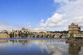 Charles Bridge (medieval bridge in Prague on the River Vltava). — Stock Photo