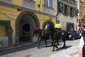 Policja konna w historycznym centrum Pragi. — Zdjęcie stockowe