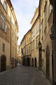 プラハの歴史的中心部の狭い通り. — ストック写真