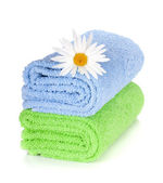 Blue and green towels and camomile flower — Stock Photo