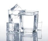 Wodka schoten met ijsblokjes — Stockfoto