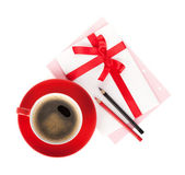 Red coffee cup and love letter with bow — Stock Photo