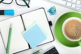 Groene koffie beker en kantoorbenodigdheden — Stockfoto