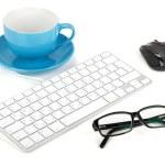 filiżanka kawy, klawiatury, myszy i okulary — Zdjęcie stockowe #22873786