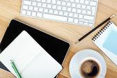 Suministros de oficina, gadgets y taza de café — Foto de Stock