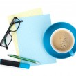 синий кофе Кубок, очки и офисные принадлежности — Стоковое фото