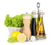Lechuga en canasta con frutas limón, pimentero, aceite de oliva, un — Foto de Stock