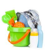 Bottiglie, asciugamano e giocattoli bambino spiaggia — Foto Stock