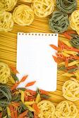 意大利面背景上的便条纸 — 图库照片