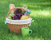 Cesta de piquenique ao ar livre no gramado verde — Foto Stock