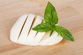 Mozzarella en basilicum — Stockfoto
