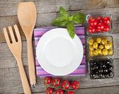 Lege plaat op houten met vruchten en keukengerei — Stockfoto
