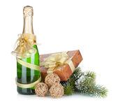 Champagnefles en gift van Kerstmis — Stockfoto