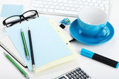 Kawa filiżanki i materiały biurowe — Zdjęcie stockowe
