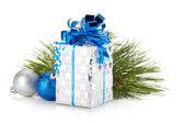 Weihnachts-geschenk-box und kugeln — Stockfoto