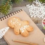 árvore de Natal, decoração e o bloco de notas em branco na placa de madeira de volta — Foto Stock