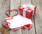 Blank valentines greeting card and small red gift box — Stock fotografie