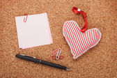 Blank note with toy heart — Stock Photo