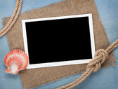 Blank photo frame with seashell and ship rope — Stockfoto