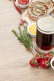 Salsichas com ketchup, mostarda e cerveja — Fotografia Stock