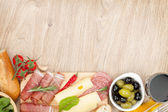 Red wine with cheese, olives, tomatoes, prosciutto — Stockfoto