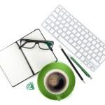 Zielona kawa filiżanki i materiały biurowe — Zdjęcie stockowe