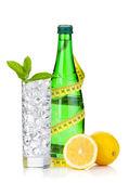 Bicchiere di acqua, bottiglia, metro a nastro, limone — Foto Stock