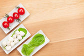Tomatoes, mozzarella and green salad leaves — Φωτογραφία Αρχείου