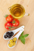 Olives, tomatoes and basil — Stock Photo