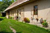 Antigua casa de estilo casa de campo en campo eslovaco — Foto de Stock