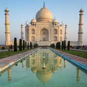 A perspective view on Taj Mahal mausoleum with reflection in wat — Foto de Stock