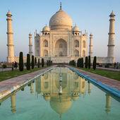 Una perspectiva sobre el mausoleo de taj mahal con reflejo en wat — Foto de Stock