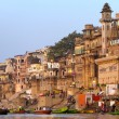 VARANASI, INDIA - 23 MARCH: Ghats on the banks of Ganges river — Stock Photo