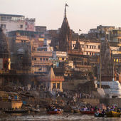VARANASI, INDIA -23 MARCH: Manikarnika Ghat on the banks of Gangs river — Stock Photo