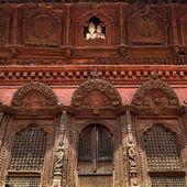 Shiva and Parvati wooden figures in the window of Shiva Parvati Hindu temple at Durbar Square in Kathmandu, Nepal — Stock Photo