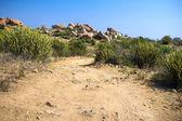 Uma pista de caminhada através de uma encosta rochosa seca — Fotografia Stock