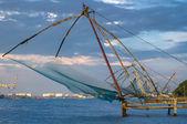 Pesca chinas neta al amanecer en cochin (fort kochi), kerala, india — Foto de Stock