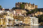 City Palace and Pichola lake in Udaipur, Rajasthan, India — Stock Photo