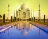 Perspective view of Taj Mahal mausoleum with reflection in wat — Stockfoto