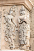 Stone praying women carvings on the wall of the temple in Thaila — 图库照片