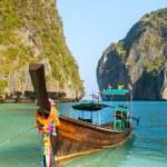 Longtail boat in Maya Bay, Koh Phi Phi Leh, Krabi, Thailand — Stock Photo
