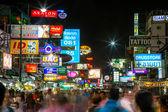 Toeristen en backpackers lopen door khao san road — Stockfoto