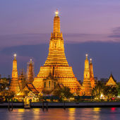 Illuminated Wat Arun in Bangkok, Thailand — Stock Photo