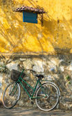 Bicycle against grungy wall — Stock fotografie