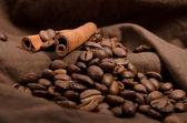 Grãos de café e canela — Fotografia Stock
